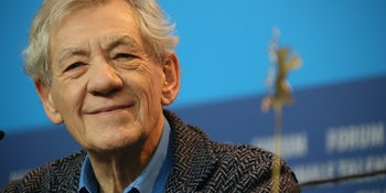 Ian McKellen cancels King Lear performance after injury, but treats audience to an impromptu Q&A session instead