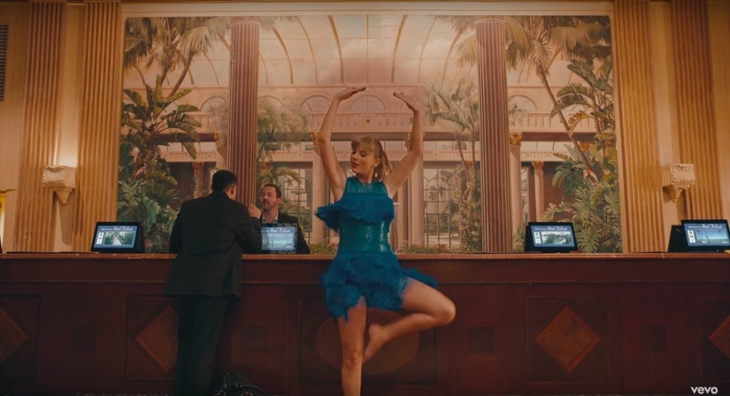 Watch Taylor Swift dances like no one's watching in'Delicate